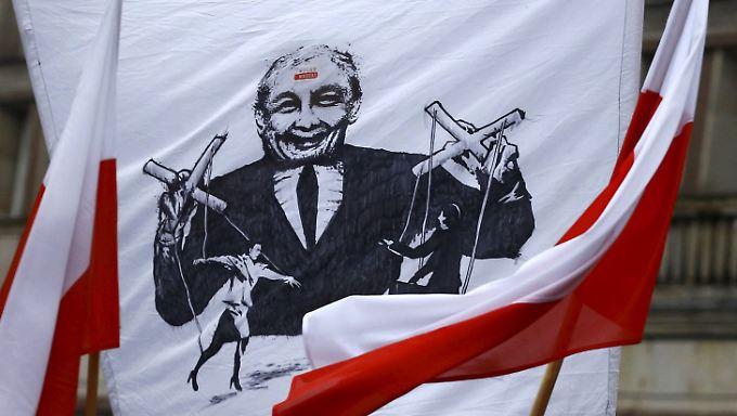 Seit Wochen demonstrieren Zehntausende Polen gegen Jaroslaw Kaczynski.
