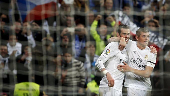 Der Torschütze und sein Vorbereiter: Gareth Bale feiert mit Toni Kroos.