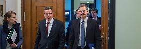Die Mienen von Michael Müller (rechts) und Karsten Mühlenfeld sind sehr ernst.