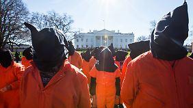 Dutzende Menschen protestierten am Tag der Ansprache vor dem Weißen Haus für die Schließung von Guantanamo.