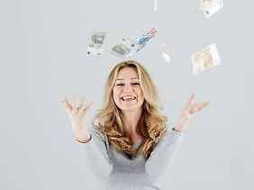 Über einen plötzlichen Geldregen können sich Menschen freuen, die ein altes Sparbuch finden. Denn in der Regel muss das Geldinstitut das Guthaben auszahlen.