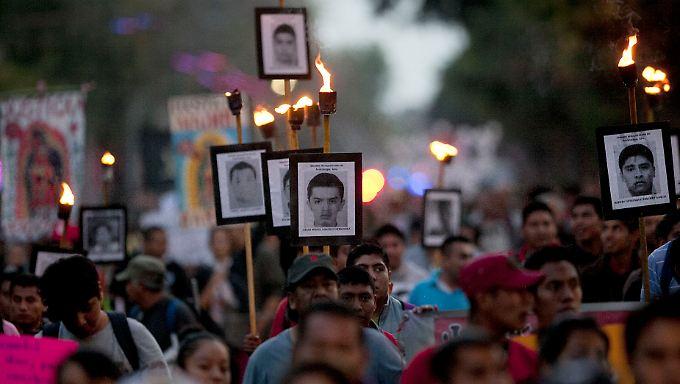 Die Angehörigen der Entführten demonstrierten für eine schnelle Aufklärung des Verbrechens. Die Bilanz der Behörden in Guerrero in solchen Fällen gibt jedoch wenig Anlass zur Hoffnung.