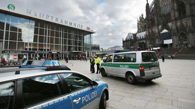 Vor dem Kölner Hauptbahnhof hat die Polizei ihre Präsenz verstärkt.
