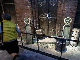 """Installation zum Thema """"Pest im Mittelalter"""" im Europäischen Hansemuseum in Lübeck mit einem Pestkreuz an der Tür eines Kaufmanns."""