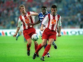 DFB-Pokalfinale 2001: Die Unioner Steffen Menze (links) und Jens Tschiedel schirmen den Ball vor dem Schalker Emile Mpenza ab.