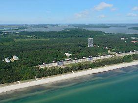 Himmel, Wälder und Wellen bis zum Horizont: Der Wohnturm (Grafik) am geplanten Standort hinter dem einstigen NS-Projekt Prora.