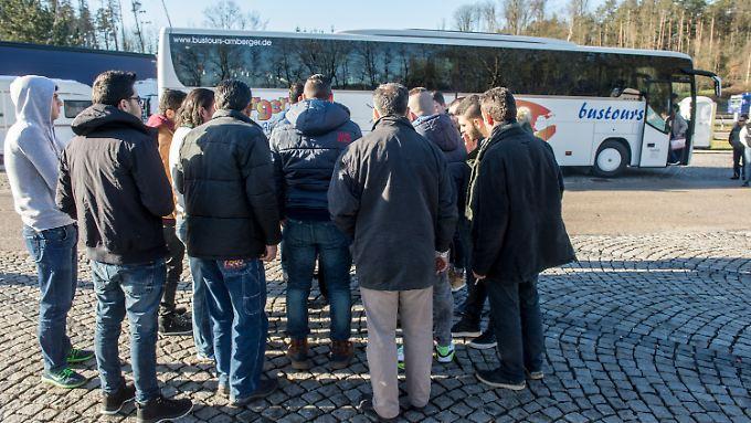 Der Landshuter Landrat schickte 51 syrische Flüchtlinge zum Kanzleramt nach Berlin.