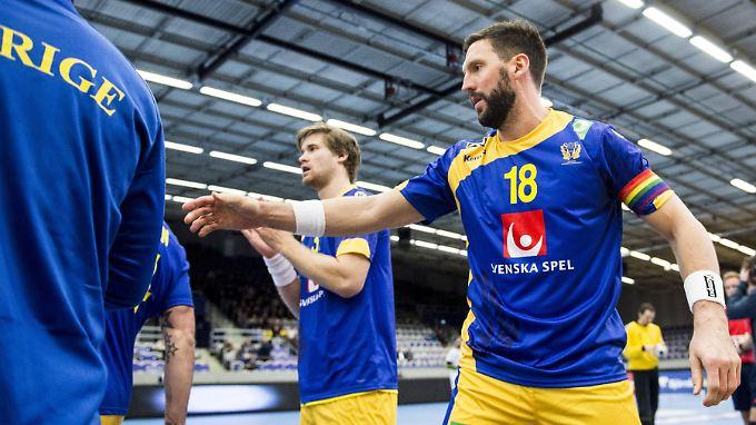 Tobias Karlsson will bei der Handball-EM in Polen eine regenbogenfarbene Kapitänsbinde tragen: Das untersagt die Turnierleitung.