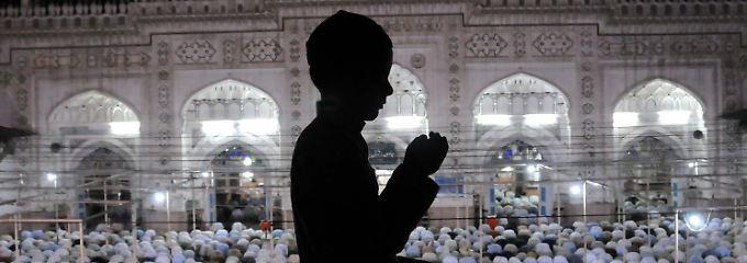 Ein pakistanischer Junge betet in einer Moschee in Peshawar, Pakistan.