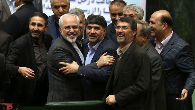 Irans Außenminister Sarif (2. v.l.) wird im Teheraner Parlament gefeiert.