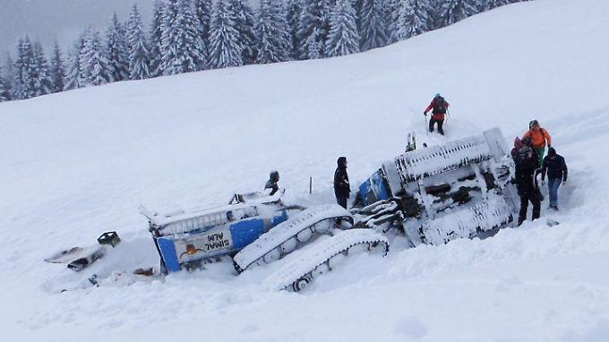Unwegsames Gelände: Die Retter kamen den Unfallopfern in Saalbach mit Skiern zu Hilfe.