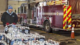 Die Bewohner von Flint können sich unter anderem bei der örtlichen Feuerwehr mit Trinkwasser versorgen.