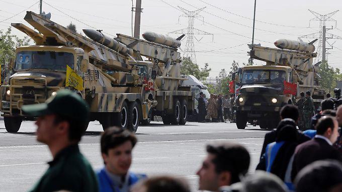 Iranische Mittelstrecken-Raketen bei einer Militärparade im Frühjahr 2015.