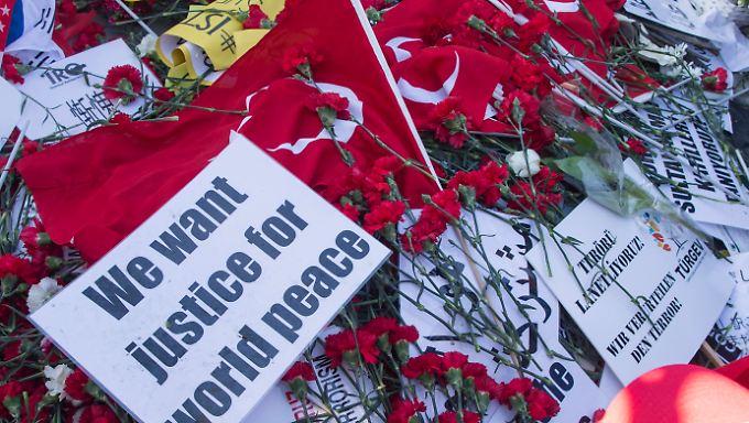 Blumen und Beileidsbekundungen am Tatort in Istanbul.