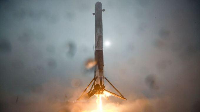 Die Aufnahme zeigt die Rakete, kurz bevor sie auf der Plattform umstürzte.