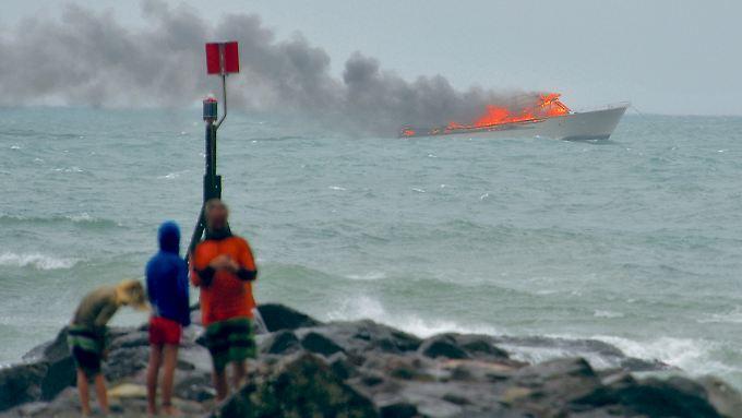 Das brennende Schiff vor der Küste Neuseelands.
