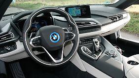 Elegant, individuell und informativ: Das Cockpit des BMW i8.