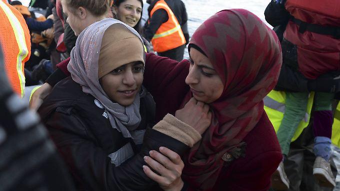 Weibliche Flüchtlinge nach ihrer Ankunft auf der griechischen Insel Lesbos