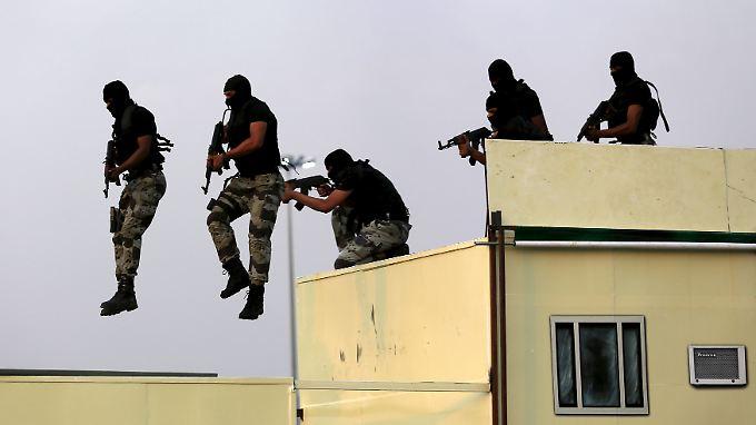 Sprung in den luftleeren Raum: Saudische Streitkräfte präsentieren ihr Können auf einer Parade. In wenigen Jahren droht dem Land eine harte Landung.