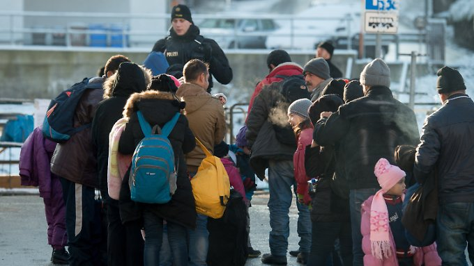 Einreisende Flüchtlinge in Passau: Offenbar holen immer mehr Menschen ihre Familien nach.