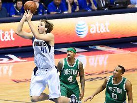 Beinahe schwerelos wirkt Dirk Nowitzki im Spiel gegen die Boston Celtics.