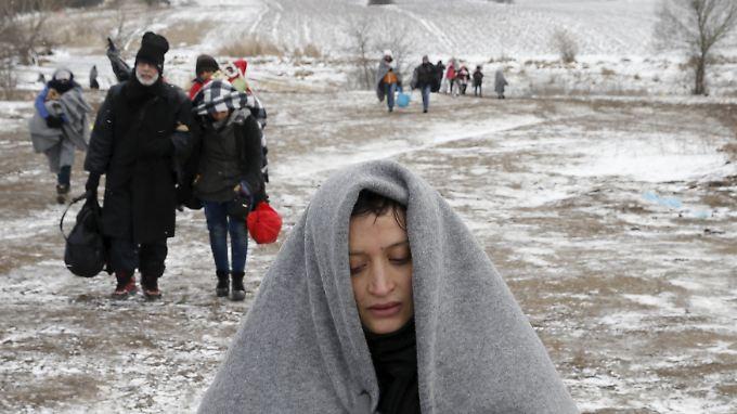 Die Flüchtlinge trotzen dem Winter an der Grenze von Mazedonien nach Serbien - und von dort weiter in Richtung Norden.