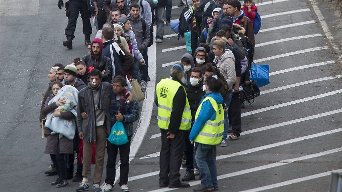 Flüchtlinge warten an der slowenisch-österreichischen Grenze nahe Spielfeld auf die Einreise nach Österreich.