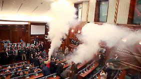 Keine Seltenheit: Tränengas im kosovarischen Parlament in Pristina.
