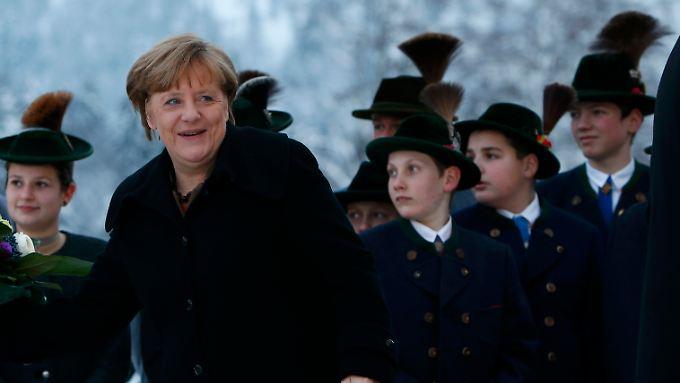 Kanzlerin Angela Merkel bei der bayerischen Schwesterpartei: Die CDU-Chefin wird sich von der CSU-Landtagsfraktion viel Kritik anhören müssen.