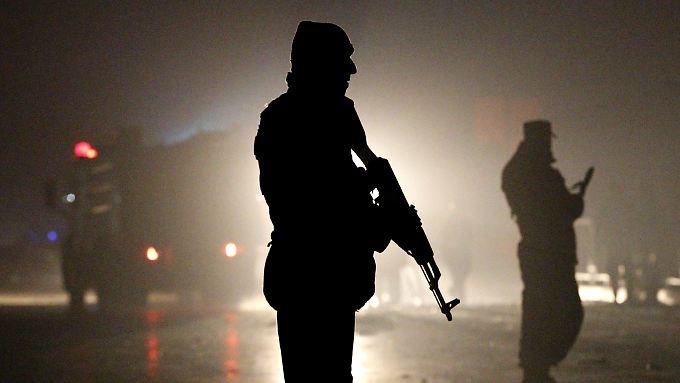 Afghanische Soldaten sichern den Tatort rund um den TV-Sender.