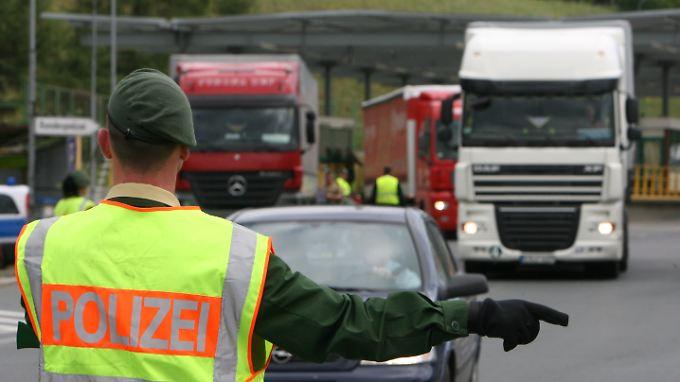 Flüchtlinge trotz der verstärkten Kontrollen über die europäischen Grenzen zu schleusen, ist ein lukratives Geschäft.