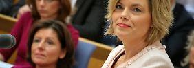 Julia Klöckner (vorne) und Malu Dreyer (l.) Im Mainzer Landtag.