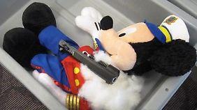 Vor einiger Zeit versuchte ein Fluggast eine Pistole in einer Mickey Mouse zu schmuggeln. Hat nicht geklappt.