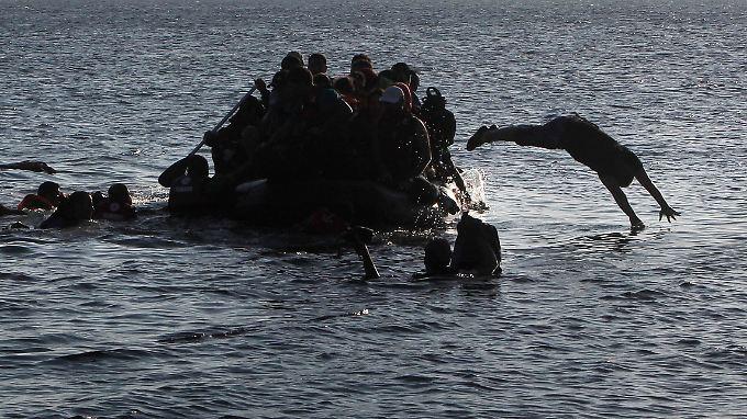 Ein sinkendes Boot vor einer griechischen Insel.