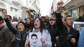 Demonstranten in Kassérine: mit dem Bild des toten Tunesiers.