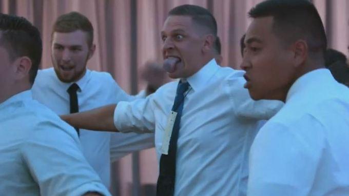 Traditioneller Tanz der Maori: Gruselige Grimassen rühren Braut zu Tränen