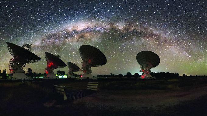 Die Teleskopspiegel der Australischen Forschungsorganisation CSIRO unter der Milchstraße.