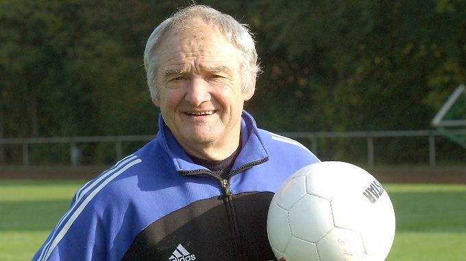 Seine Karriere begann vor 51 Jahren. Jetzt ist er zurück auf dem Fußballplatz.