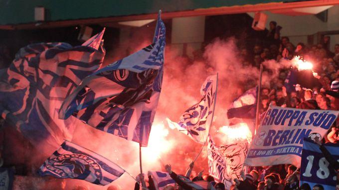 Weil Fans Pyrotechnik zündeten, muss Hertha BSC tief in die Tasche greifen.