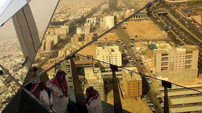 Zwei Drittel der Beschäftigten in Saudi-Arabien arbeiten im öffentlichen Dienst - fraglich ist, wie fit sie für die Privatwirtschaft sind.