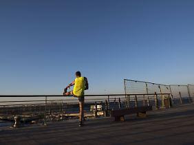 Fitness-Fans zieht es an die lange Strand-Promenade von Tel Aviv.