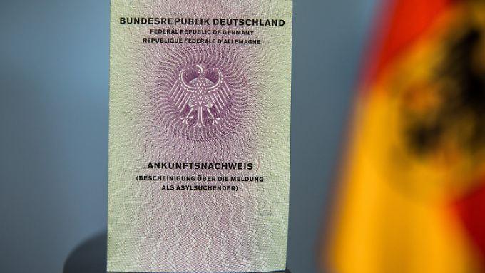 Der neue Flüchtlingsausweis gilt als Bescheinigung über die Meldung als Asylsuchender. Er soll künftig den Umgang mit Flüchtlingen in Deutschland erleichtern.