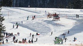 Die Skifahrer stießen nach ihrem Zusammenstoß gegen die Masten einer Schneekanone.