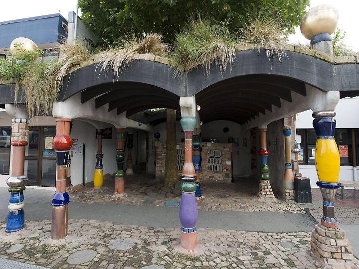 Der Eingang der Toilette liegt leicht zurückgezogen hinter der Straße.