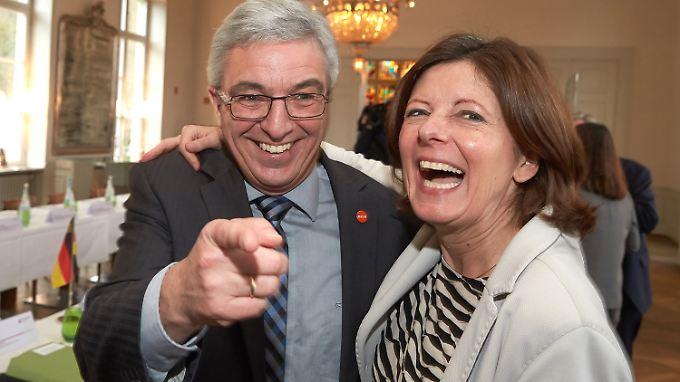 Roger Lewentz (l.) und Maly Dreyer scherzen vor Beginn einer gemeinsamen Kabinettssitzung von Rheinland-Pfalz und Nordrhein-Westfalen.