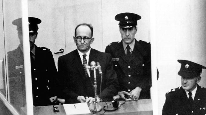 Adolf Eichmann wird während des gesamten Prozesses schwer bewacht, aus Furcht, er könnte Selbstmord begehen.