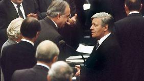 Der alte gratuliert dem neuen Kanzler: Helmut Schmidt und Helmut Kohl im Oktober 1982.