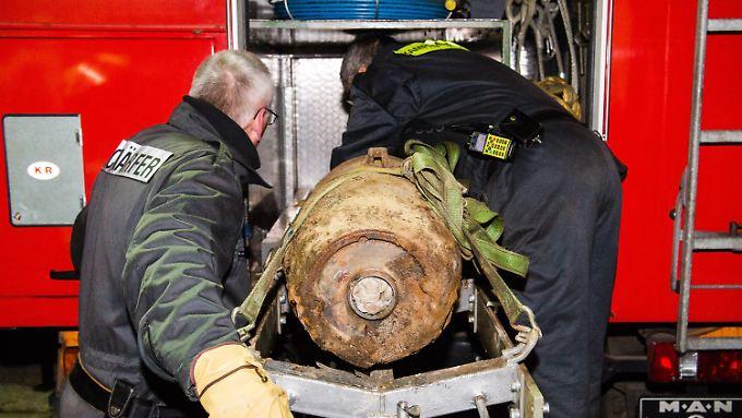 Mehr als sieben Jahrzehnte nach dem Abwurf: Die britische 500-Pfund-Bombe ist entschärft und kann abtransportiert werden.