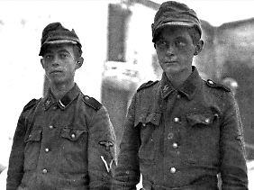 """Festgenommene Mitglieder der 12. SS-Panzerdivision """"Hitlerjugend""""."""