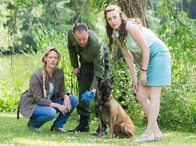 Martina Bönisch (Anna Schudt, l.) und Eva Dehlens (Maren Eggert) mitt einem Hundeführer.